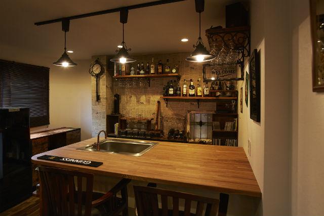 アイリッシュバーをイメージしたカウンターキッチン