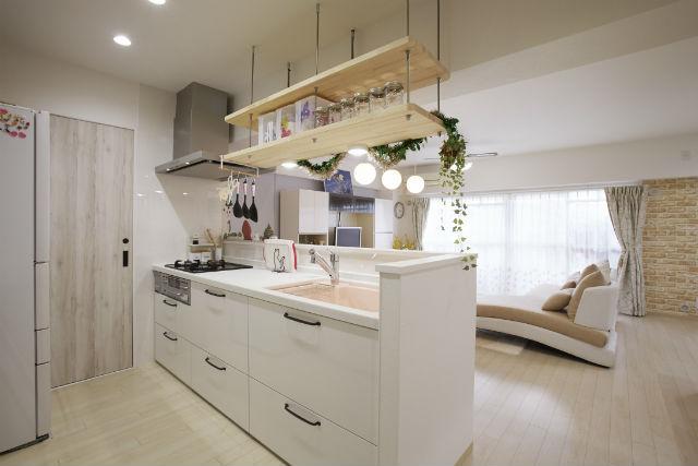 オープンな吊り棚を造作したナチュラルな雰囲気の対面キッチン