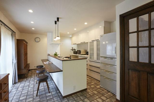 アンティークが似合うレトロな照明やタイルがお気に入りのキッチン空間