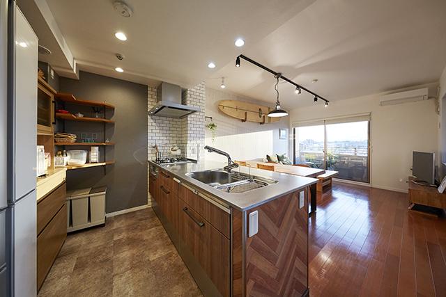 木目とバイブレーション仕上げのステンレスが融合するカフェ風キッチン