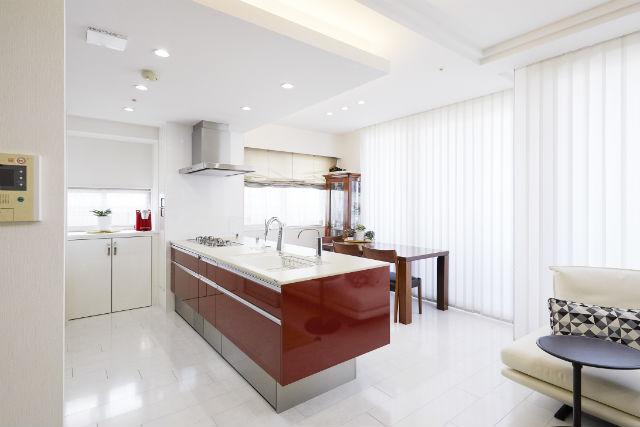 ルージュレッドのキッチンが主役。開放感と高級感が融合するキッチン空間