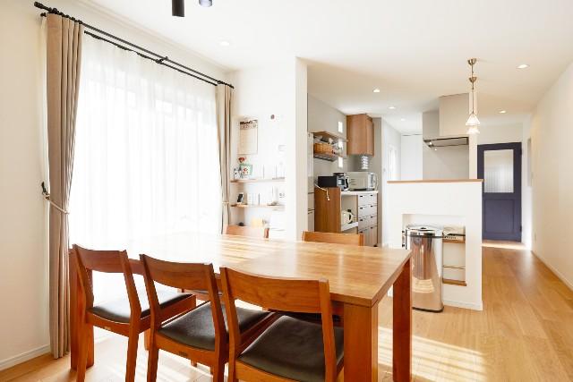 移設で家事動線が向上した開放的な対面キッチン