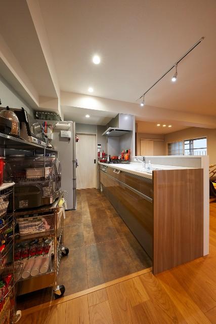 ブラウンを基調とした、広々な対面キッチン