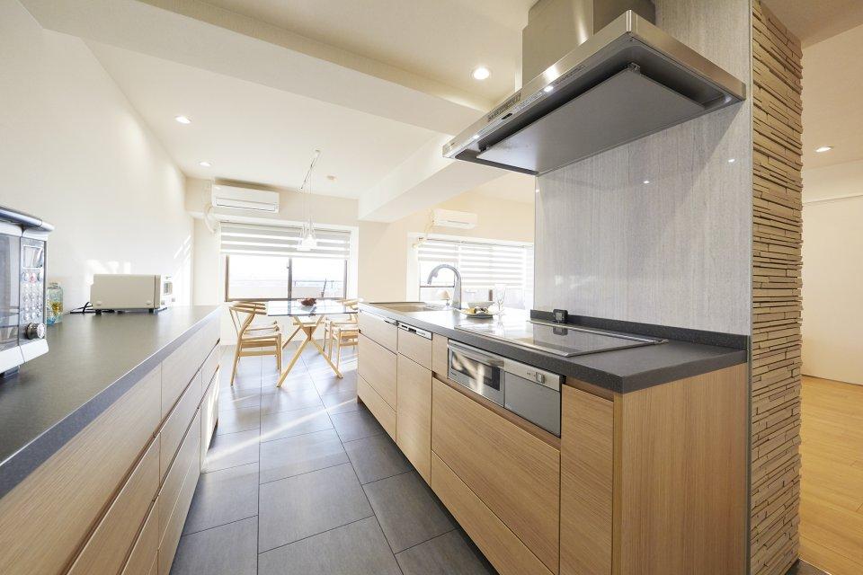 キッチンの向きを90度変えた、開放的なアイランドキッチン