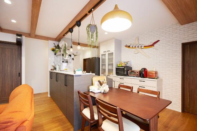 天井の梁がアクセントの収納と家事動線に長けた対面キッチン