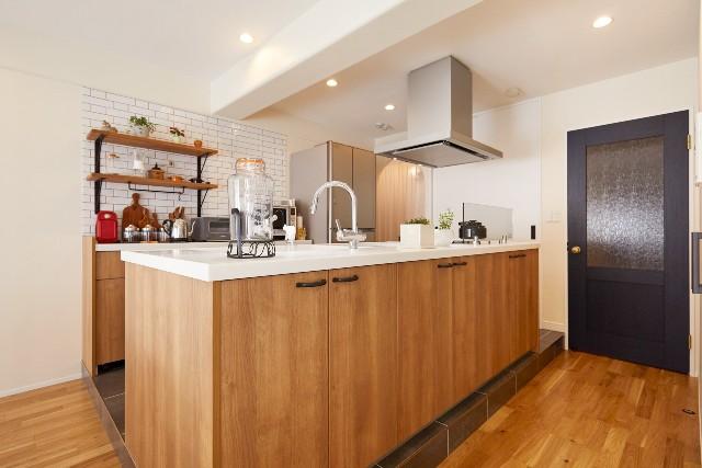 サブウェイタイルが印象的なオープンキッチン