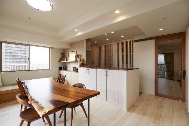豊富な収納と解放感を兼ね備えたオープンキッチン