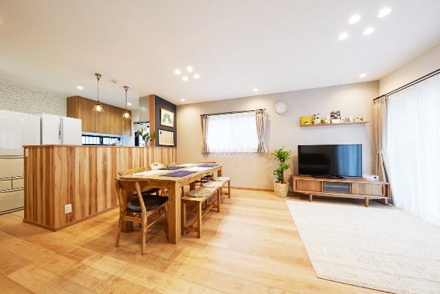 オーク×ネイビーで彩る明るさと広がりを感じるキッチン空間