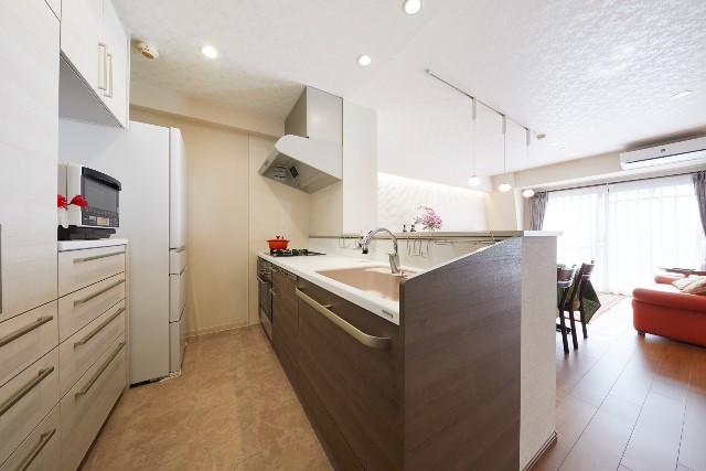 飾り棚を造作した開放的なキッチン