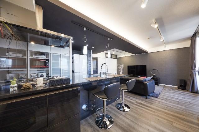 クォーツストーンとホーローの輝きで高級感を演出するキッチン空間