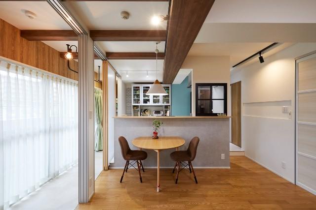 窓が明かりを取り入れる、風通しのよいキッチン空間