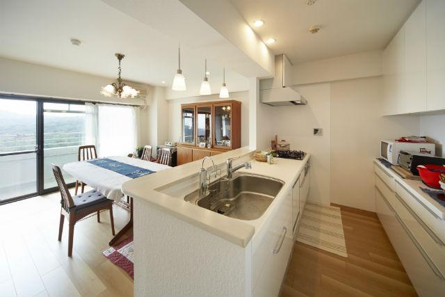 家事導線に配慮した対面キッチンとカップボード