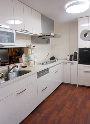 フラップアップ水切りとトリプルワイドガス付きの対面キッチン