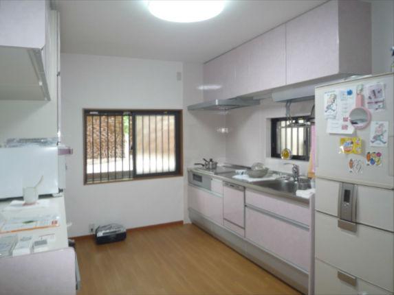 ステンレスで清潔感のあるキッチンとカップボード クリンレディ
