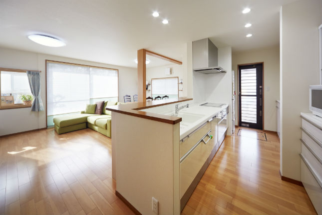 洗面室への動線が改善した明るい対面キッチン