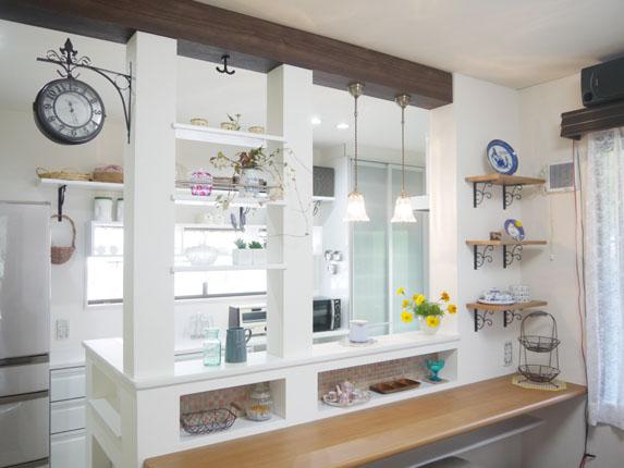 ニッチと飾り棚で憧れのフレンチカントリー調の対面キッチン
