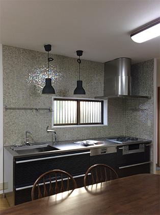 ベネツィアンモザイクが映えるデザイン性の高いキッチン CORE(コア)