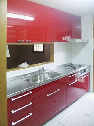 赤い扉のキッチンで明るい空間に