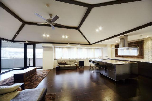 オールステンレスのキッチンにモザイクタイルを合わせて高級感溢れる空間に
