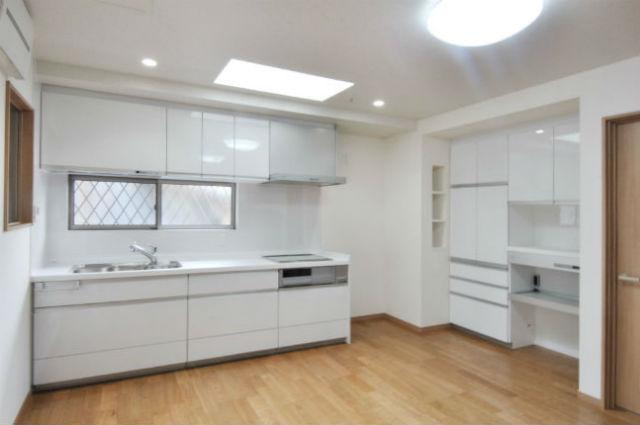 清潔感のある鏡面ホワイトの扉と収納力抜群のカップボード