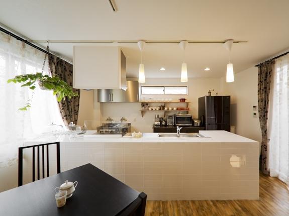 白いタイル貼りのオーダーカウンターキッチン