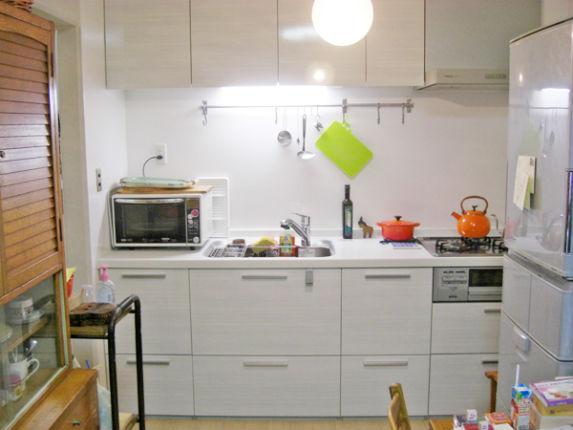 人造大理石のネオペブルホワイトで明るいキッチン