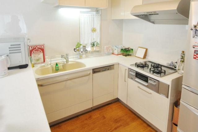 ホワイトグロッシーの扉が映えるコの字型オープンキッチン