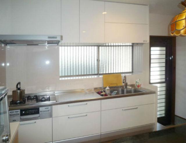 ホワイトを基調とした清潔感溢れる明るいキッチン