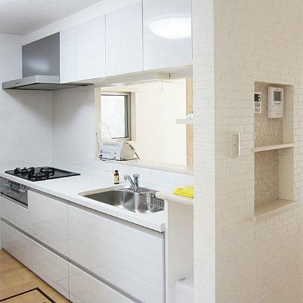 収納量が増えた、アルベロホワイトの明るい対面キッチン