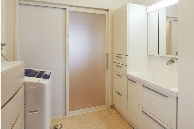 清掃性と収納力に優れた洗面化粧台