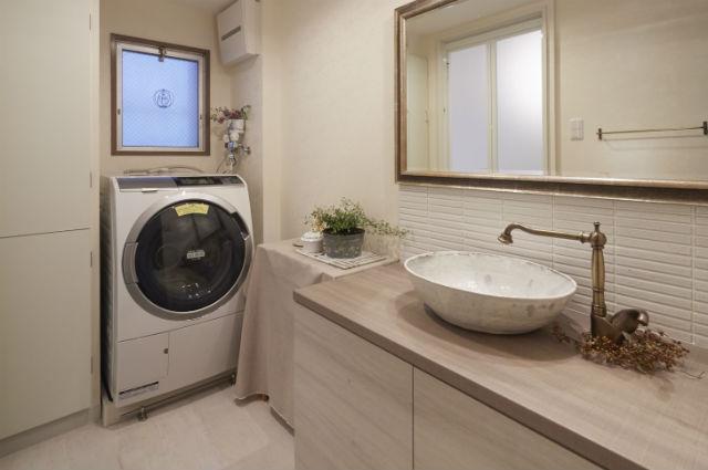 ボーダータイルがおしゃれなアンティーク調の造作洗面台