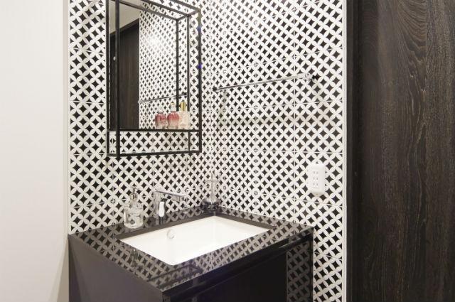 白と黒の「デコダンタン」で仕上げるシンプルモダンな洗面化粧室