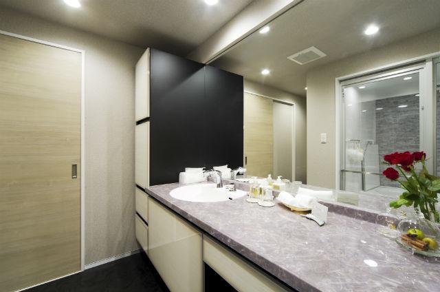 石目調の人造大理石カウンターでラグジュアリーな洗面空間【ルミシス】