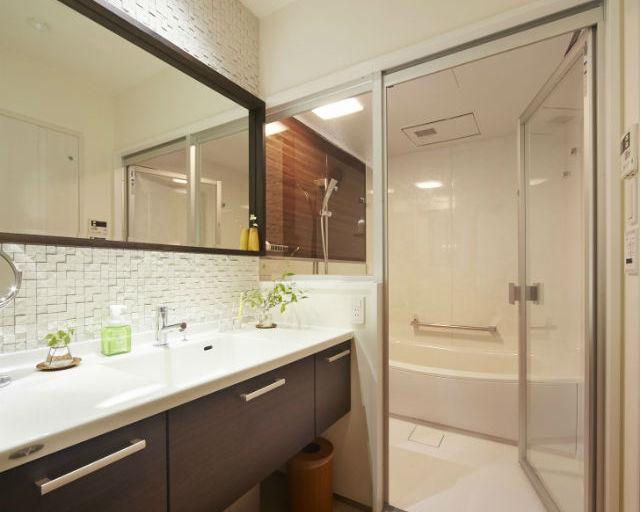 おしゃれなタイルが印象に残るフロートタイプの洗面化粧台
