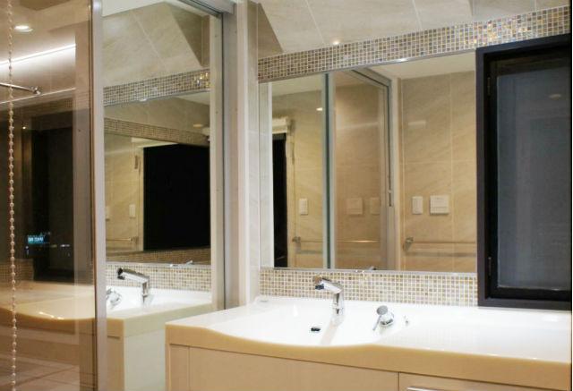 鏡とガラスモザイクタイルで高級感を演出したパウダールーム