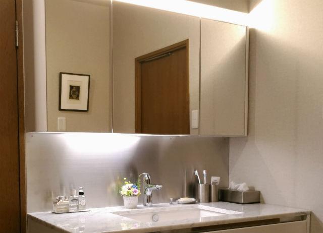 鏡下のステンレスボードがお手入れしやすい上品な洗面台