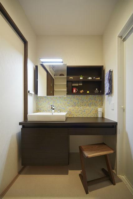 洗面室でお化粧ができるドレッサーのような洗面台