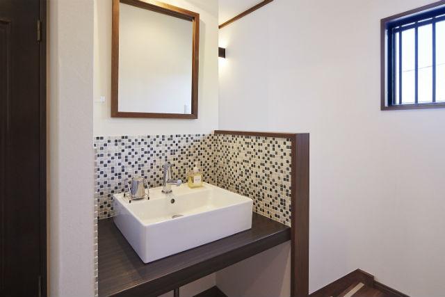 モザイクタイルやタイル調の床で趣のある洗面空間に