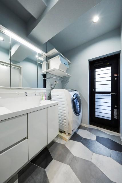 家事動線に考慮し足元からオシャレな洗面室へ