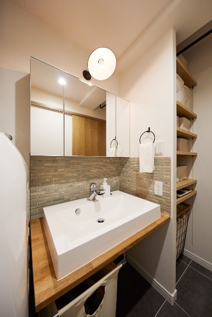 アクセントタイル「イリーデ」が印象的なこだわりの造作洗面台