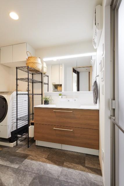 リビングのチェリー柄とリンクする収納力が向上した洗面化粧台