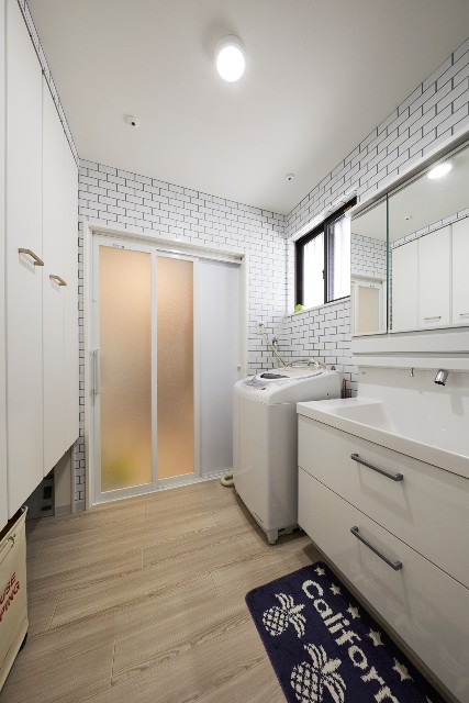 全体にサブウェイタイルをあしらい収納力に優れた洗面室