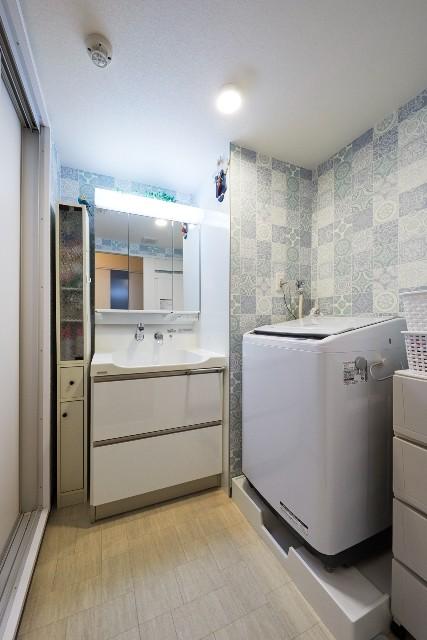 モロッコ風の壁面クロスが印象的な洗面化粧室