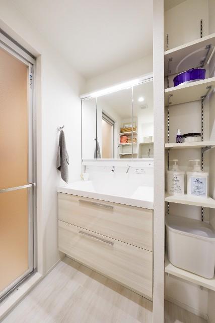 可動式の造作棚で収納効率が向上した洗面脱衣室