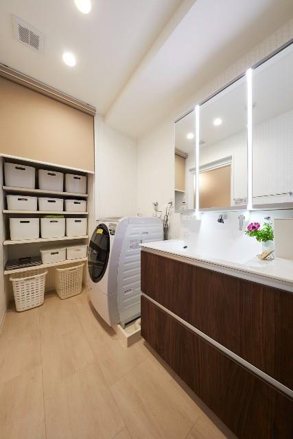 可動棚を取り付けたナチュラルな洗面室