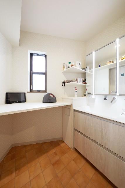 作業カウンターを設けた機能性の高い洗面スペース