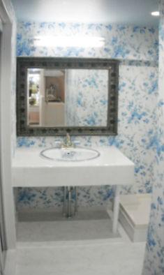花柄の壁紙でエレガントな洗面スペース