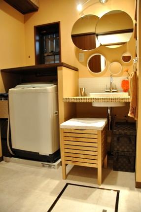 洗濯機上に棚を造作した洗面所