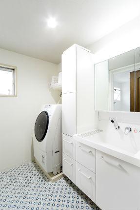 北欧風のレトロモダンなクッションフロアが映えるホワイトの洗面台