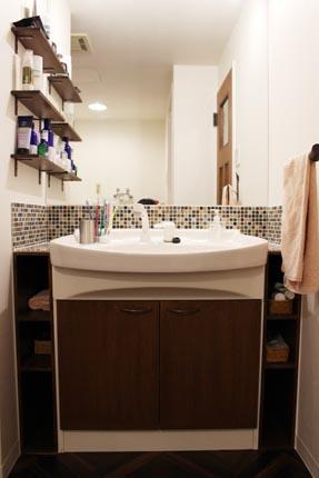 モザイクタイルと造作扉で生まれ変わった、オリジナルの洗面化粧台